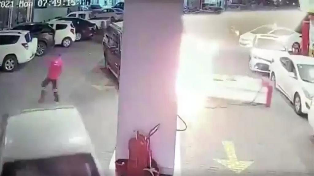 بالفيديو/ سيدة تصدم ماكينة تعبئة البنزين وتتسبب بإشعال محطة وقود في جدة السعودية!