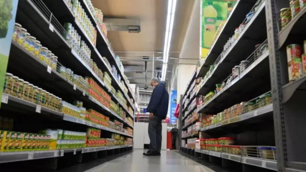 انهيار سعر صرف الليرة يهدد بتغيير كبير في نمط عيش اللبنانيين.. فقدان مواد غذائية أساسية والبحث عن بضائع أرخص وأقل جودة