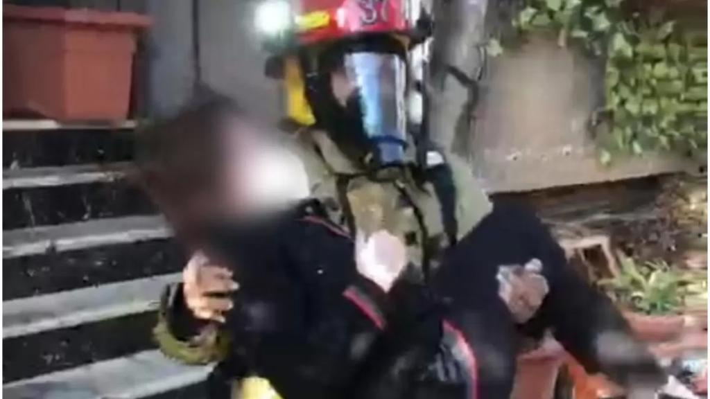 بالصور/ الدفاع المدني عمل على اخلاء 3 مواطنين إثر حريق شب داخل مدخل مبنى سكني في الدكوانة