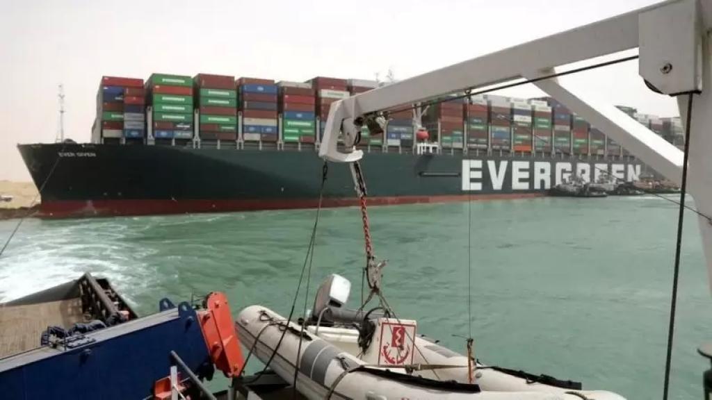 إعادة تعويم السفينة الجانحة في قناة السويس ومحاولات لتأمينها