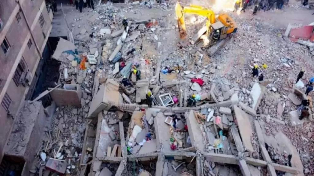 معجزة بعد الإنهيار الكارثي لمبنى في مصر.. العثور على رضيع حي وسط الأنقاض