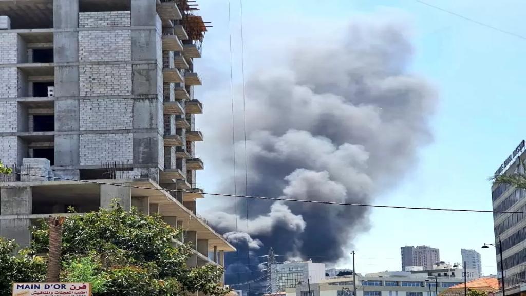بالصور/ اندلاع حريق في معمل في السبتية وسيارات الدفاع المدني تعمل على اخماده