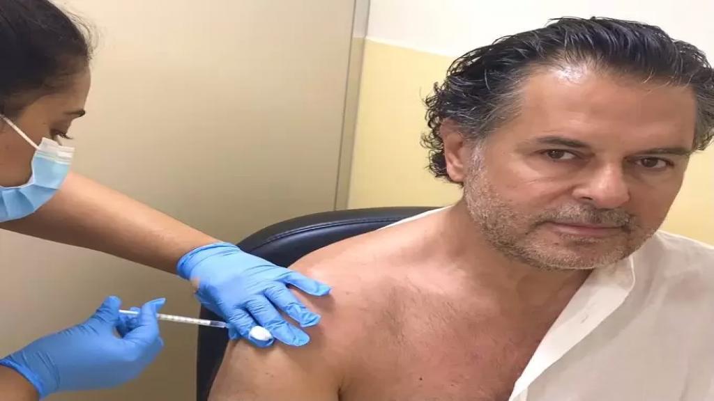 """كان قد وصفه بـ """"المؤامرة الكونية"""".. راغب علامة يتلقى اللقاح المضاد لفيروس كورونا في الإمارات"""