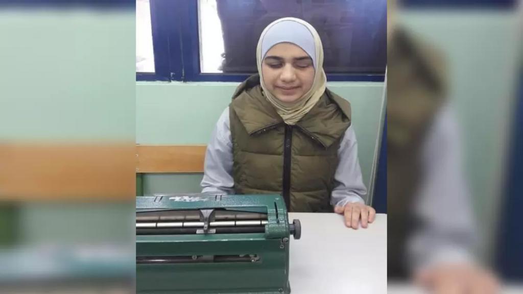 من أصحاب الهمم.. اختيار الطالبة الكفيفة لين الرمح ابنة الـ15 عامًا لتمثيل لبنان في مسابقة جائزة السلام الدولية للأطفال 2021