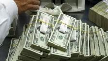 موظفة في جمعية خيرية تعثر على 42 ألف دولار في ملابس تبرعات