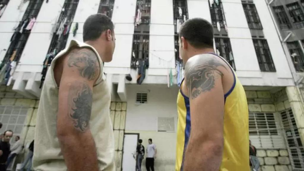 وزير الداخلية لـ«الشرق الأوسط»: اللحم والدجاج مرة كل 10 أيام في السجون