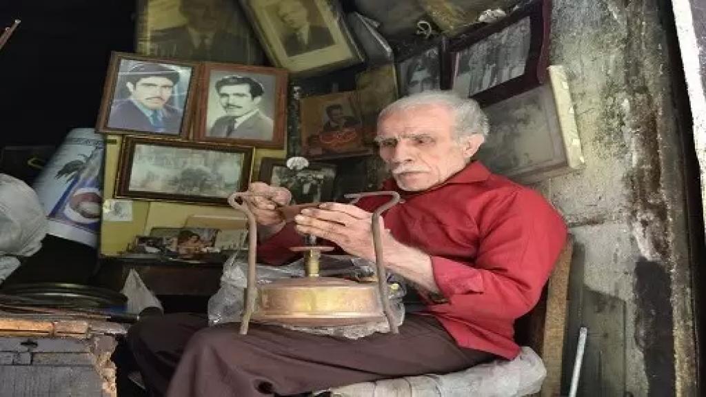 """رحيل """"أبو حسين"""" آخر مصلّحي بوابير الكاز في أسواق طرابلس"""