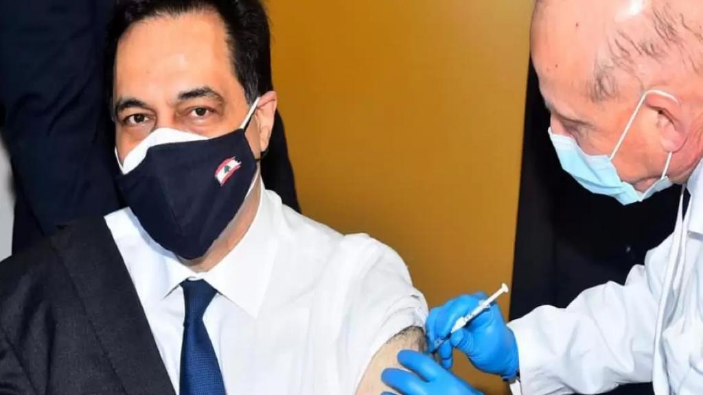 بالصور/ دياب تلقى لقاح كورونا: نحن الآن في سباق بين تزايد عدد الحالات الإيجابية وبين عملية التلقيح، ووزارة الصحة تبذل الجهود المطلوبة لتأمين اللقاح، لكن عدد اللقاحات التي يصل قليل