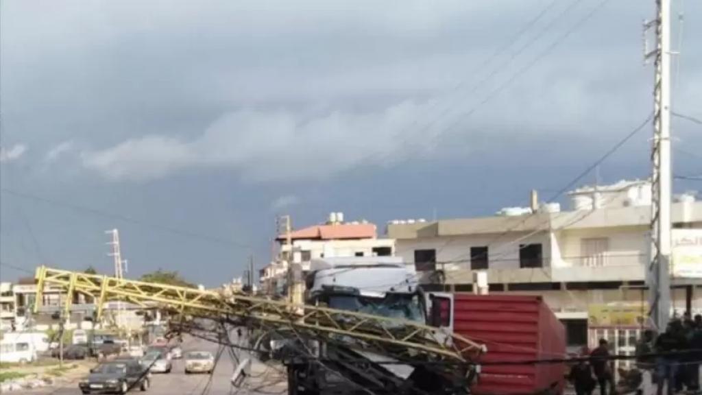 السائق فقد السيطرة.. سقوط عمود كهرباء يقطع طريق الضنية ـ طرابلس