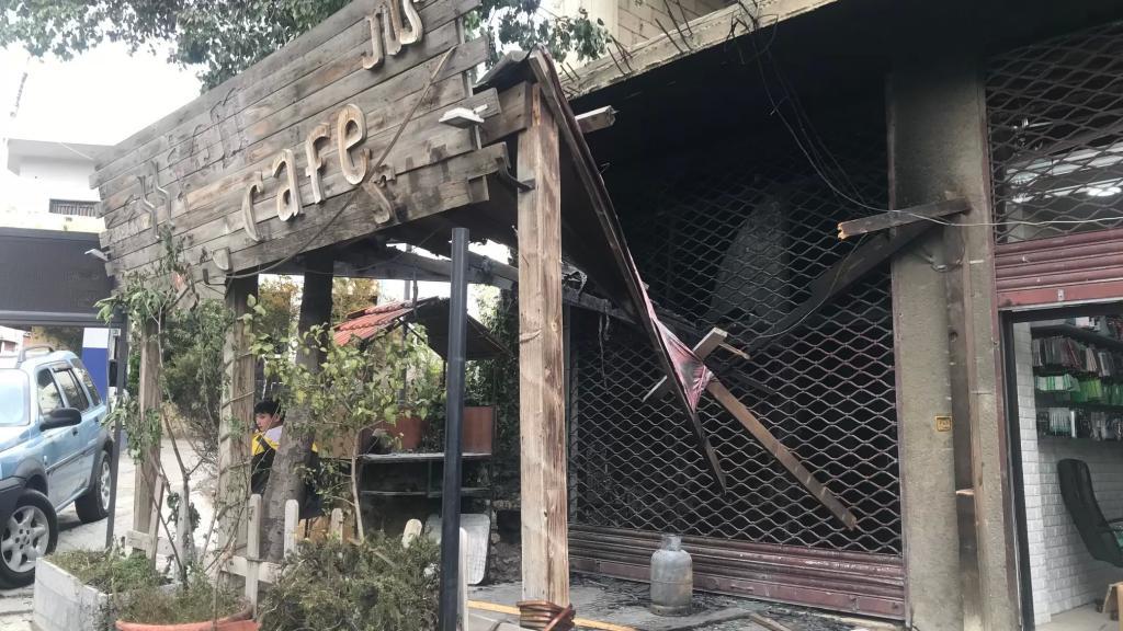بعد اطلاق النار عليه...حريق يلتهم محتويات مقهى في وسط مدينة الهرمل بعد منتصف ليل أمس