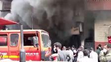 بالفيديو/ بعد جهود مضنية.. إخماد حريق ضخم داخل 3 محلات تجارية في الشهابية - صور