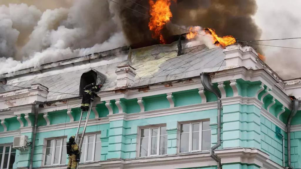 لم يكترثوا للحريق.. جراحون روس نجحوا بإجراء عملية قلب مفتوح لمريض وسط النيران المشتعلة في المشفى