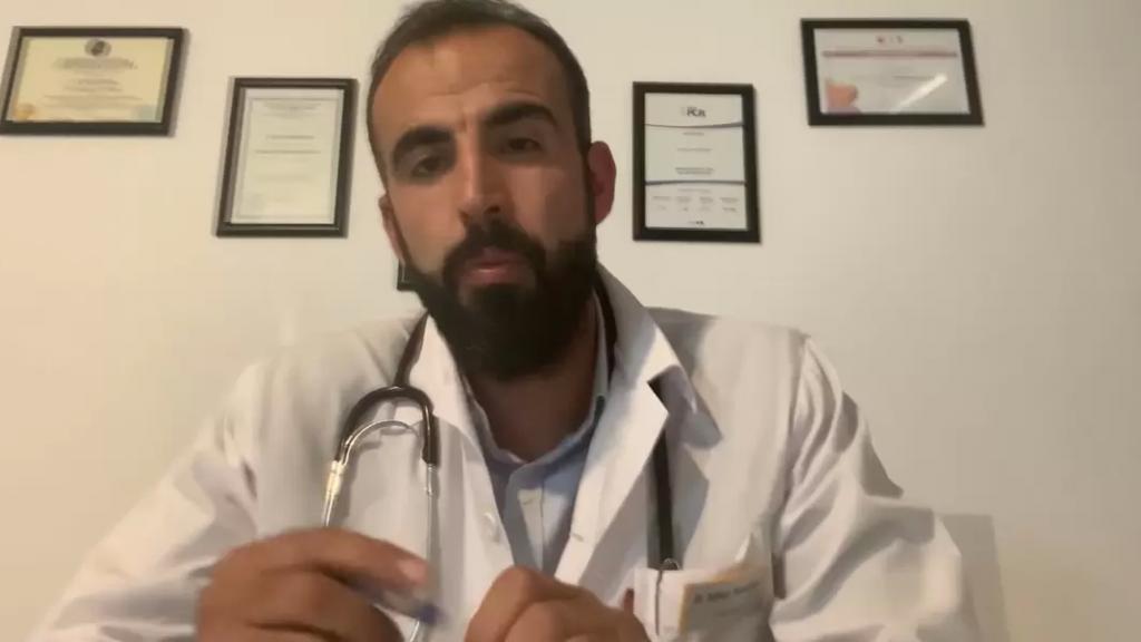 بدعم من مجموعة مغتربين.. طبيب يبادر لتقديم معاينات وأدوية مجانية لكل متضرر من الأزمة المعيشية