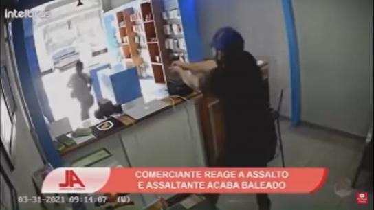 """بالفيديو/ لص يسطو على شاب لبناني في محله في البرازيل والأخير يُرديه """"مكوّمًا"""" برصاصتين على الرصيف!"""