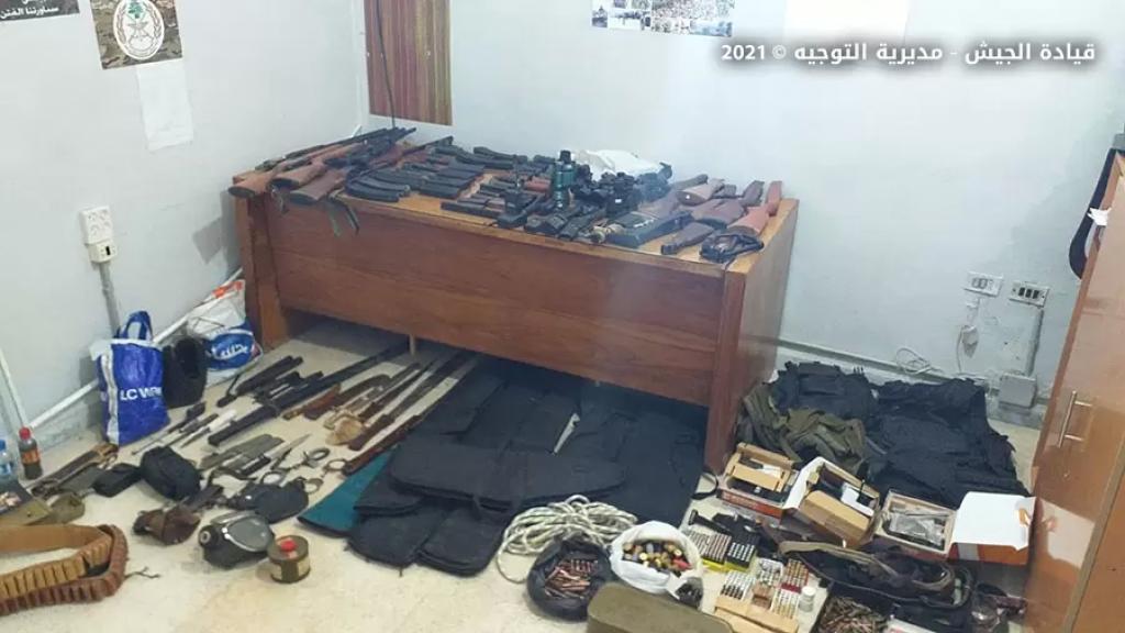 بالصور/ الجيش يضبط مخزناً يحتوي عدداً كبيراً من الأسلحة والرمانات والقذائف الصاروخية وأعتدة عسكرية في البداوي