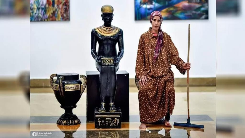"""السيدة و""""عصا التنظيف"""" جندية مجهولة من مراسم نقل المومياوات.. صورة عابرة للحضارات التقطتها عدسة صحفي مصري!"""
