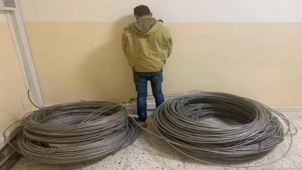 سارق أسلاك كهربائية عن الشبكة العامة في عدّة بلدات عكارية وقع في قبضة شعبة المعلومات!