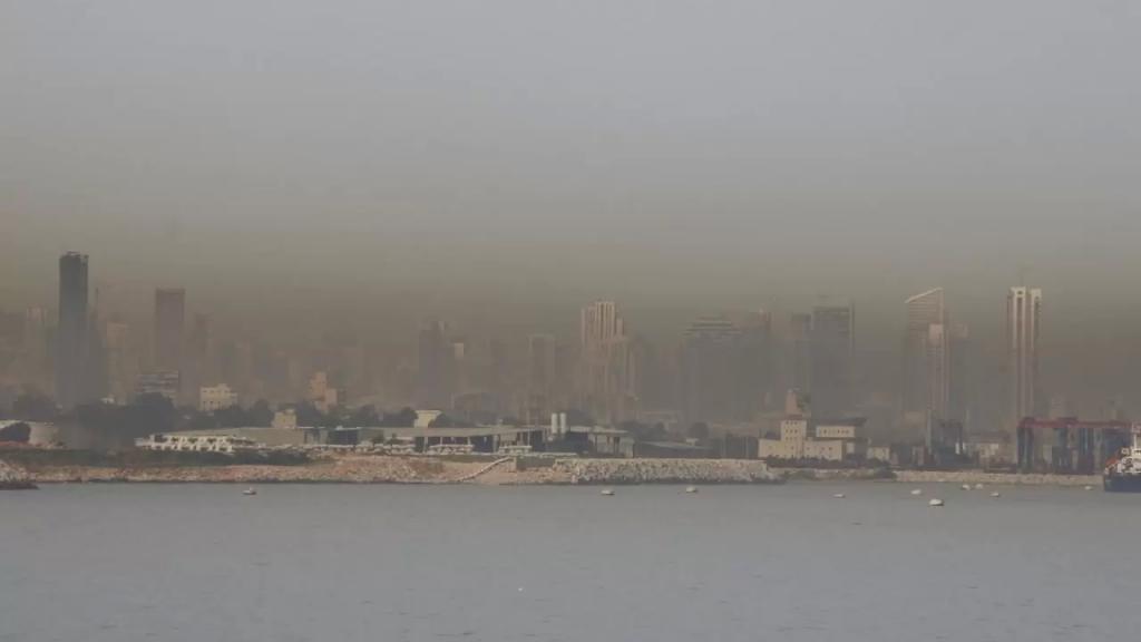بعد الحديث عن غيمة ثاني أوكسيد الكبريت...موجة من الغبار تغطّي سماء بيروت