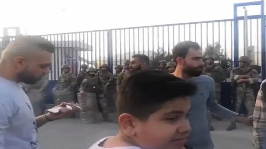 إعتصام أمام معمل دير عمار احتجاجا على التقنين وتوقف اصحاب المولدات الخاصة عن تغذية منطقة المنية بالتيار