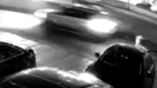 بالفيديو/ سيارة تصدم رجل كان يحاول قطع الطريق على أوتوستراد جلّ الديب
