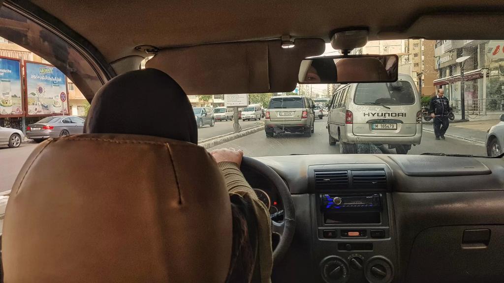 """""""بطلة"""" على طرقات بيروت..سائقة سيارة أجرة تكافح الظروف: """"لو شو ما كان الظرف نحن منسعى، بس نسعى لحالها بتتيسر..يمكن يكون في قدامك كنز وانت عليك تمشي شوي"""""""