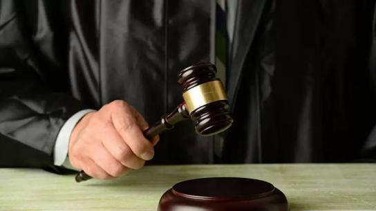 في واقعة غير مسبوقة.. قاضٍ مصري يصدر حكمًا ضد نفسه ويغرم نفسه بسبب رنين هاتفه!