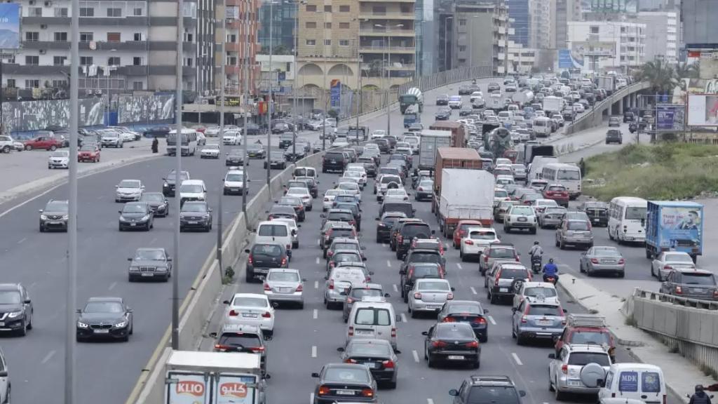 بالصور/ طرقات لبنان تشهد زحمة سير كثيفة....صفوف سيارات على أوتوستراد ضبية!