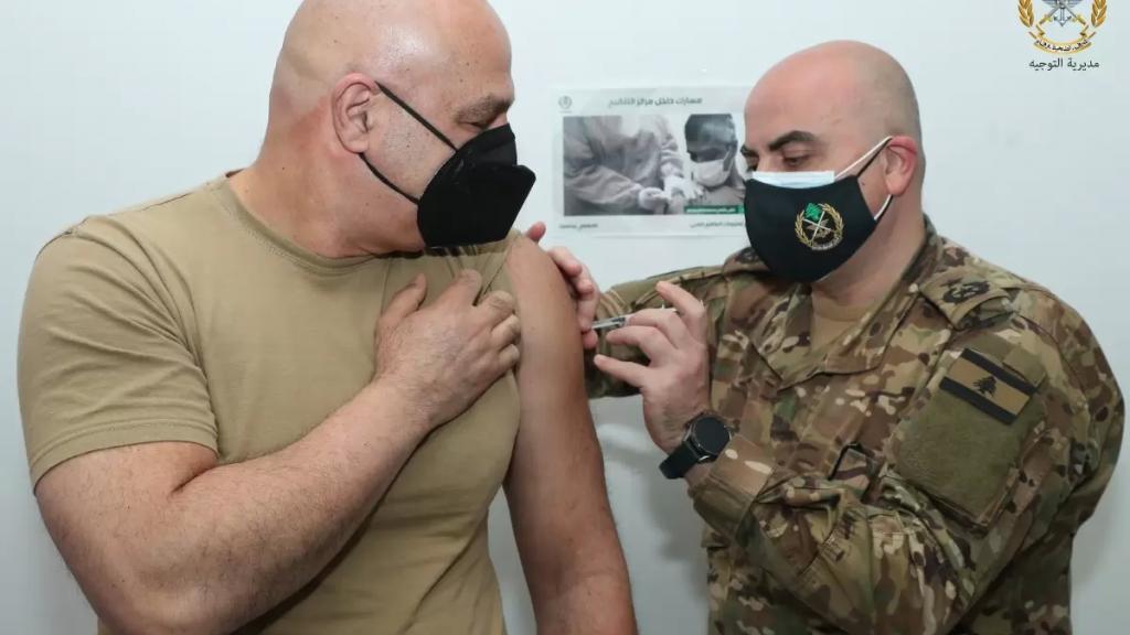 قائد الجيش العماد جوزاف عون افتتح حملة التلقيح في المؤسسة العسكرية التي انطلقت صباحاً في ٢١ مركزاً صحياً عسكرياً على كل الاراضي اللبنانية.