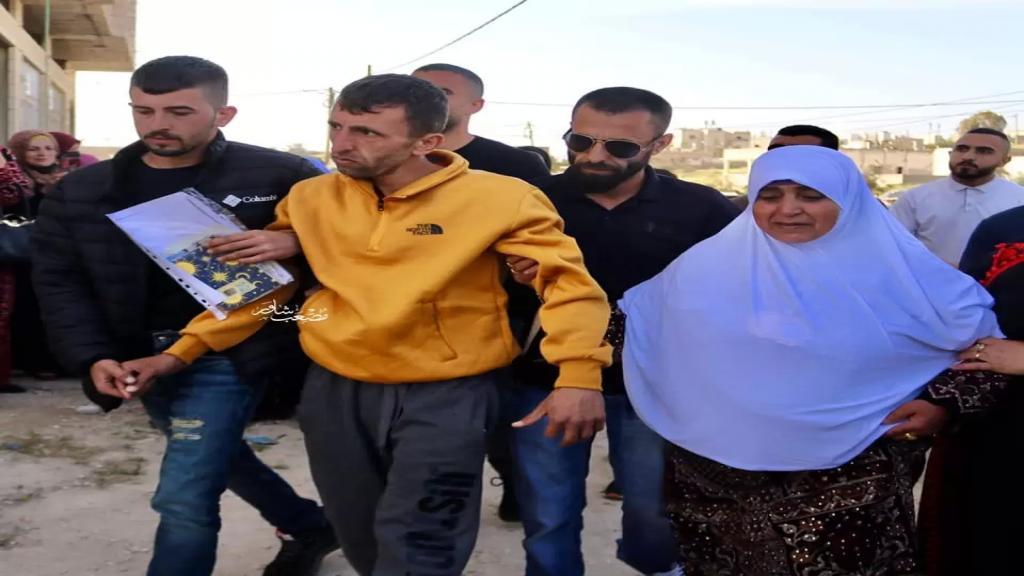 إطلاق سراح الأسير الفلسطيني منصور الشحاتيت بعد 17 عامًا قضاها في سجون الإحتلال فقد فيها ذاكرته.. لم يستطع التعرف على والدته وعائلته!