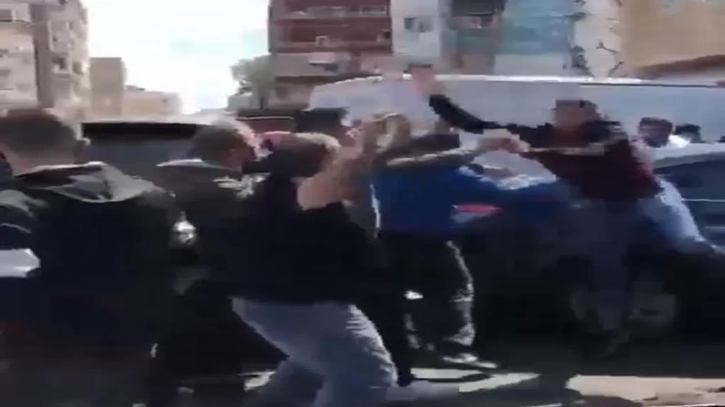 بالفيديو/ إشكال وتضارب في صور بين عمال فرن وأصحاب فانات الخبز الذين عمدوا الى إقفال الفرن والجيش يتدخل