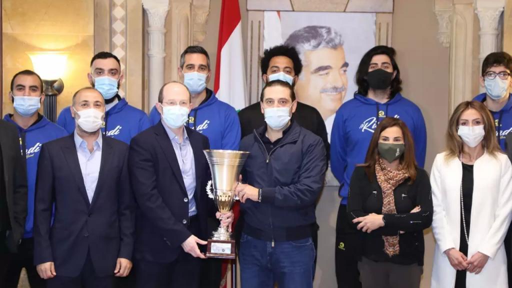 الحريري استقبل وفداً من النادي الرياضي قدم له الكأس الاوروآسيوية التي أحرز لقبها الفريق أخيراً في أرمينيا: نقطة مضيئة في هذا الوضع الصعب