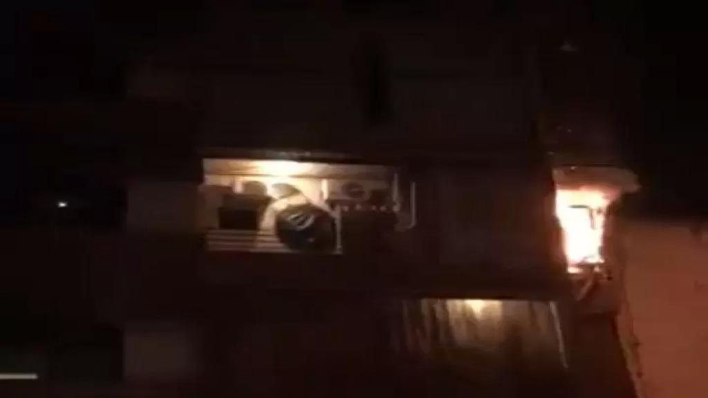 """بالفيديو/ """"اطفاء بيروت"""" اخمد حريقاً في طريق الجديدة سببه تخزين مادة البنزين على الشرفة !"""