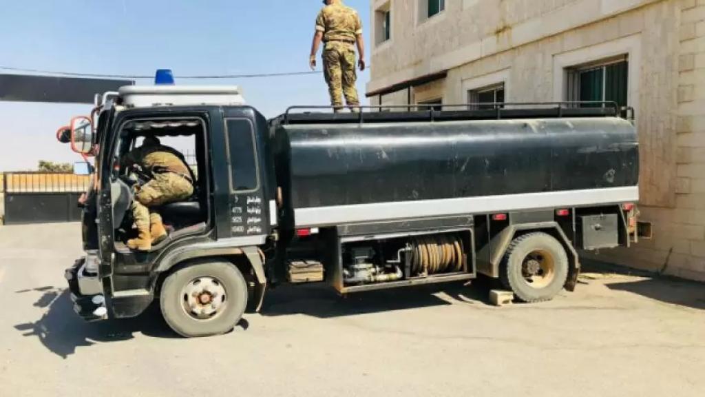 الجيش: توقيف لبناني وسوريَيْن أثناء محاولتهم اتمام عملية تهريب كمية من مادتي البنزين والمازوت الى داخل الأراضي السورية