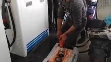 """بالفيديو/ بعد رفض تعبئة غالونات البنزين..المولد الكهربائي يحضر """"شخصياً"""" الى المحطة لتعبئته!"""