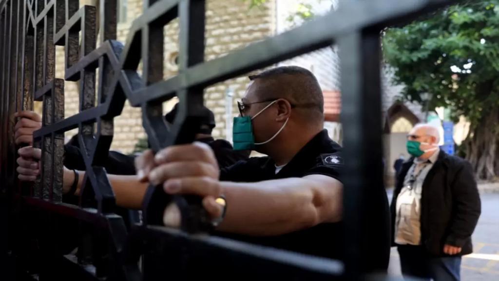 الأخبار: AUB تتحدّى القضاء: تهديد بطرد 76 طالباً