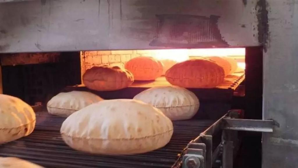 الأفران تتراجع عن قرار بيع الخبز في الصالات حصراً وتعاود التسليم للموزعين: الربطة بـ2500