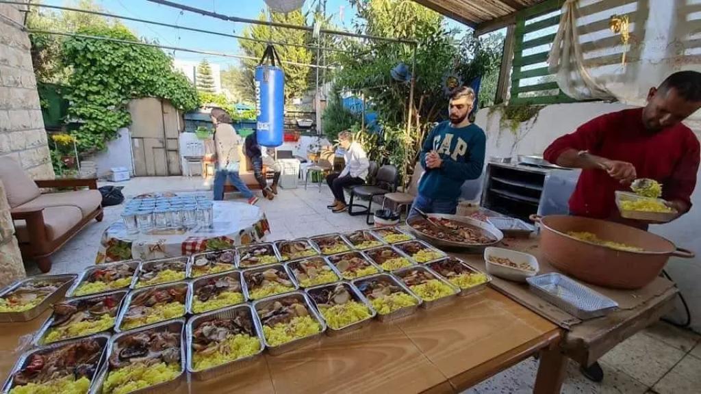 عائلة فلسطينية تبادر لإعداد وجبات إفطار لمرضى أطفال السرطان والمرافقين لهم في مستشفى في القدس