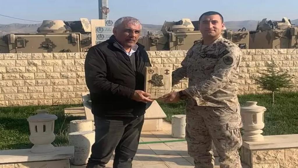 فوج المجوقل كرم رئيس بلدية القاع على جهوده لإنجاح زراعة 30 دونم أرض بالخضروات دعماً للجيش