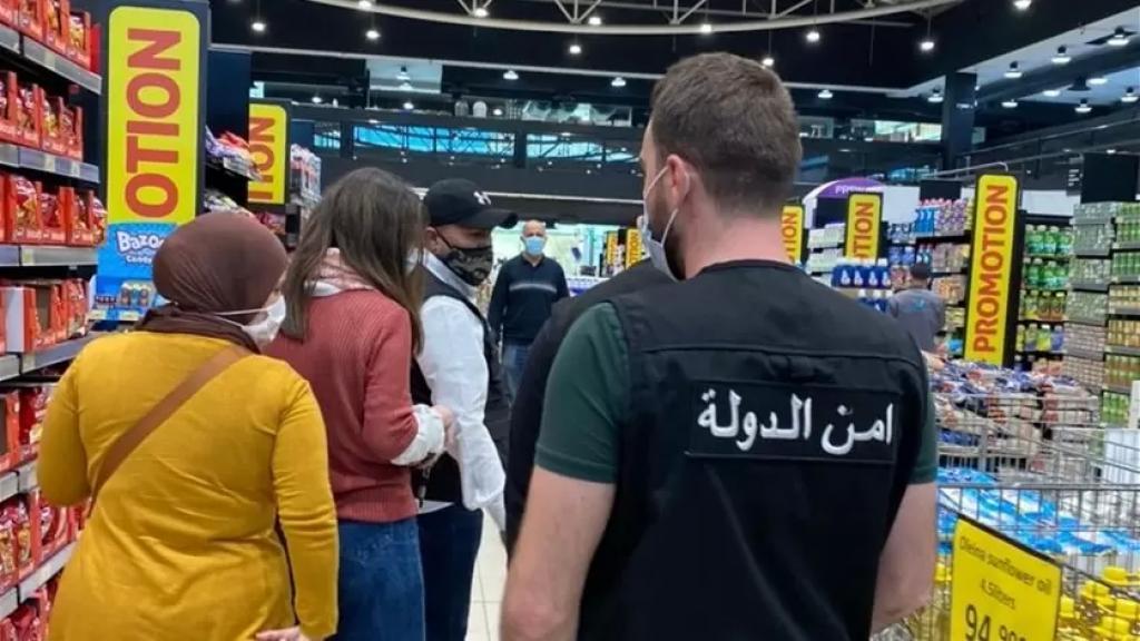 السوبرماركت في لبنان بحماية أمنيّة.. الحضور الأمنيّ أمام أحد المحلات الكبرى وصل إلى 20 عنصرًا بسبب تفاقم الحالة!