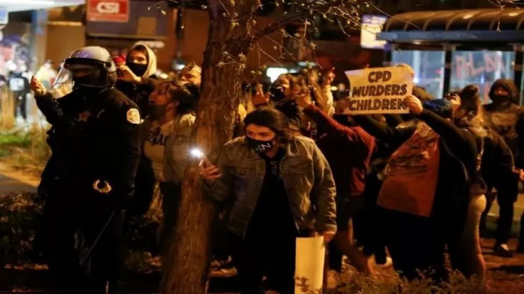 """""""العدالة لآدم"""".. شيكاغو تنتفض بعد فيديو مروع لمقتل صبي اثر تعرضه لإطلاق نار"""