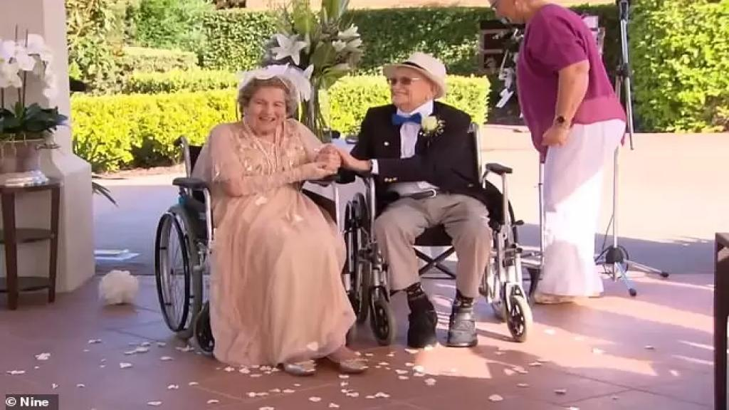 عمرها 93 وعمره 100 جمعهما دار رعاية للمسنين وتزوجا بحضور الأصدقاء على كرسيين متحركين