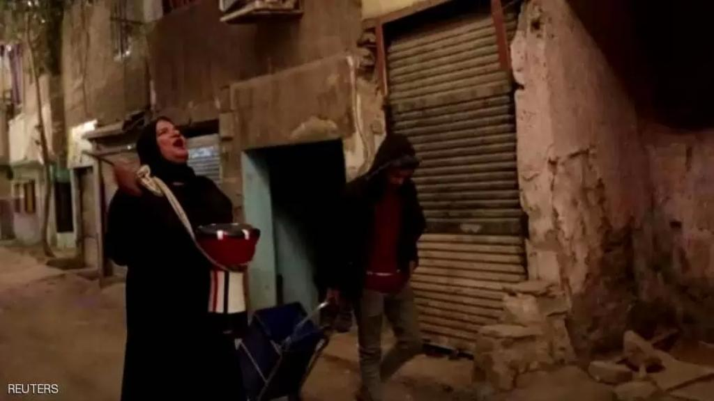 """بالفيديو/ في مصر..""""مسحراتية"""" تحيي ليالي رمضان بطبلة أخيها المتوفى"""