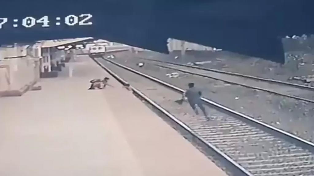 فيديو يحبس الأنفاس لعامل شجاع خاطر بحياته لإنقاذ طفل من السكة قبل لحظات من مرور القطار!