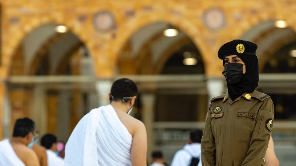 بالصور/ جنديات في الحرم المكي.. لأول مرة السعودية تنشر وحدات نسائية من الشرطة في أمن الحج والعمرة