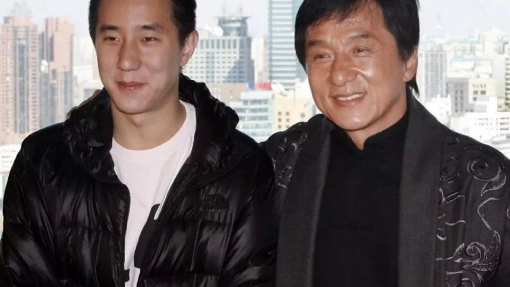 """""""جاكي شان"""" يحرم ابنه الوحيد من الميراث وقرر التبرع بثروته البالغة 350 مليون دولار للجمعيات الخيرية!"""