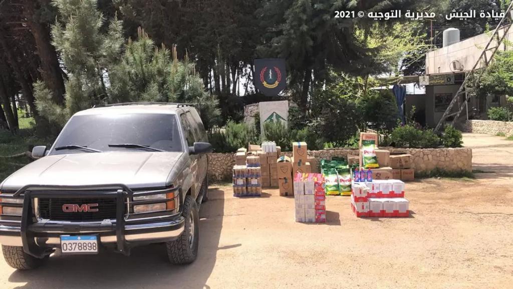 بالصور/ سيارة كانت بصدد تهريب مواد غذائية ومواد تنظيف إلى سوريا وقعت في شباك الجيش