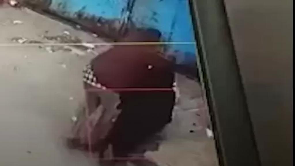 """بالفيديو/ غضب في اليمن بعد انتشار فيديو لرجل يضرب أمه..""""من أجل حرمانها من حقها في الميراث""""!"""