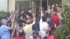 فيديو اثناء خلع باب شركة مكتّف بطلب من القاضية غادة عون..