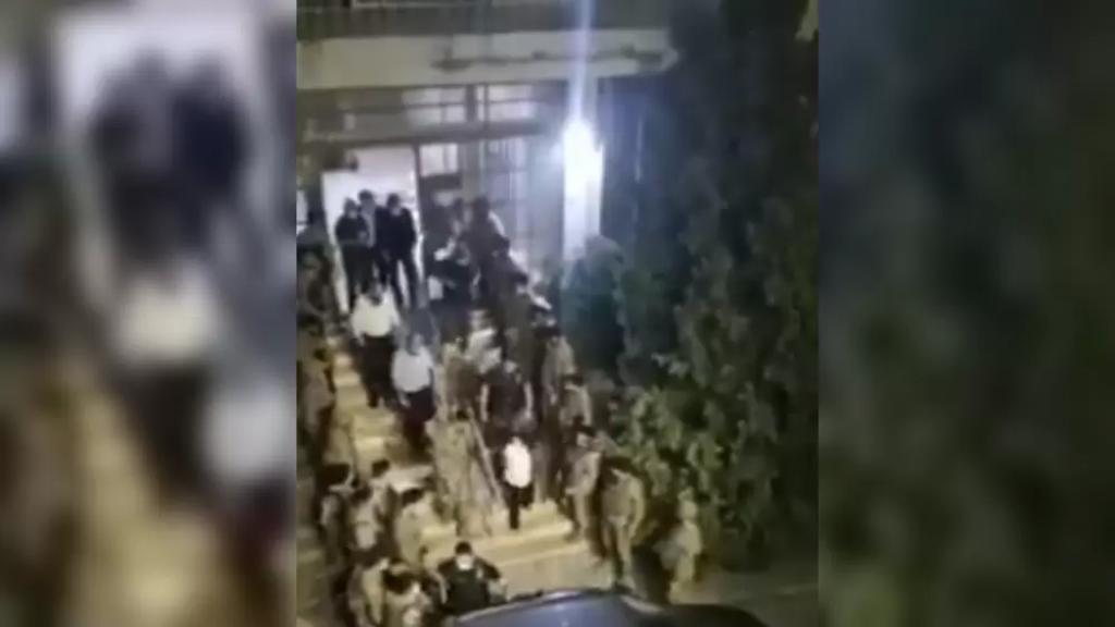 بالفيديو/ لحظة خروج القاضية عون من أمام شركة مكتّف بمواكبة عناصر الجيش