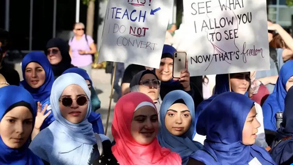 كيبيك الكندية ستستأنف حكمًا يسمح للحكومة بمنع الموظفين من ارتداء الرموز الدينية مثل الحجاب!